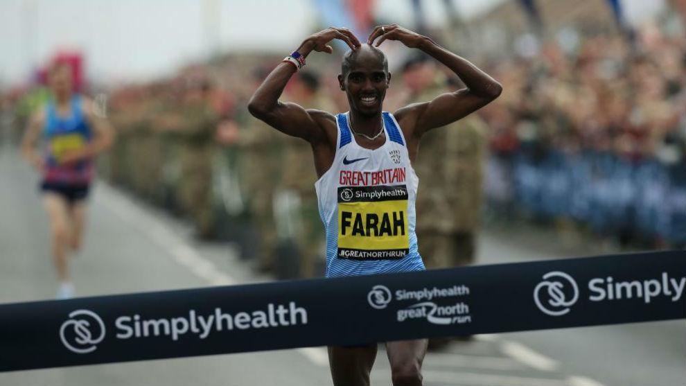 Mo Farah dibuja su característico corazón al cruzar la meta.