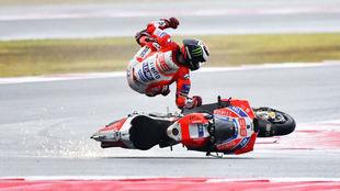 Lorenzo se cae en plena carrera de Misano.