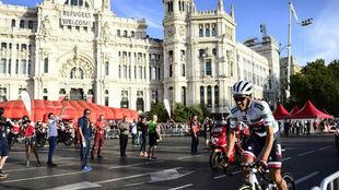 Alberto Contador rodando en solitario para recibir su homenaje.
