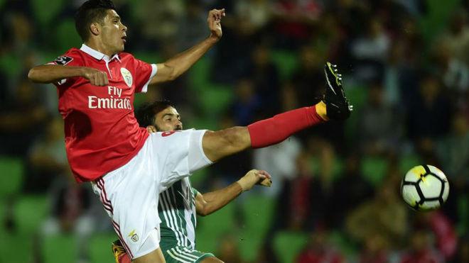 Raúl Jiménez pelea un balón en un partido con el Benfica.