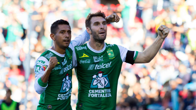 Elias Hernan Hernandez y Mauro Boselli, en festejo de gol