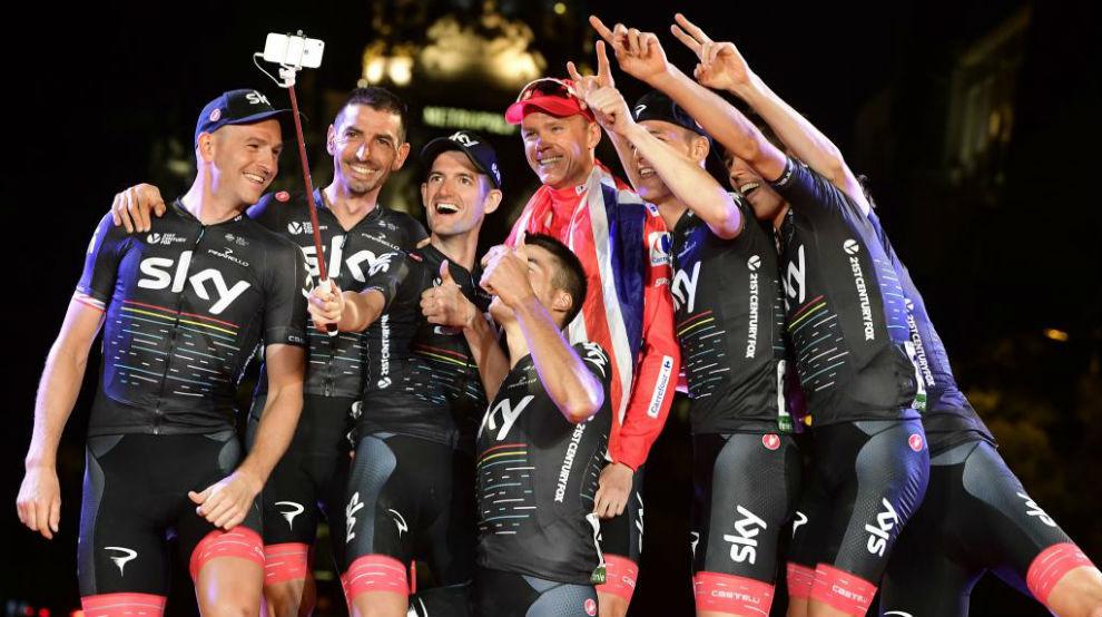 Chris Froome celebrando con todo el Sky su triunfo en la Vuelta.