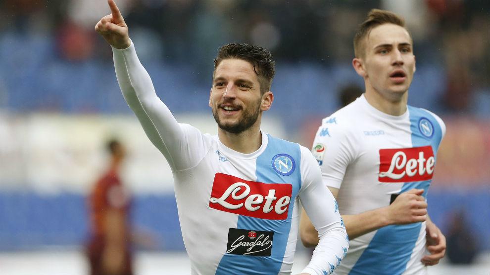 Mertens señala a la afición del 'Napoli'.
