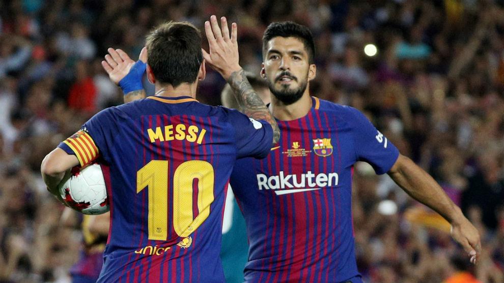 Suárez felicita a Messi después de marcar en la Supercopa.