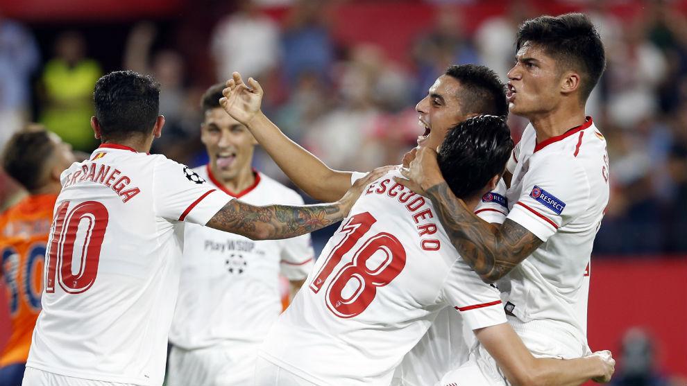 El Sevilla celebra un gol contra el Istanbul Basaksehir.