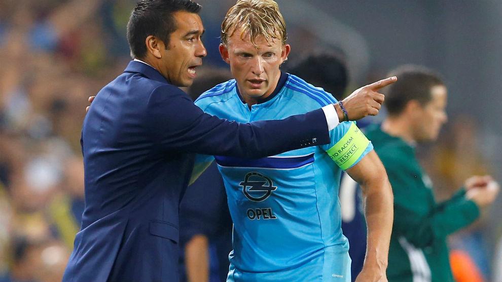 Van Bronckhorst da instrucciones al retirado Kuyt en un choque de la...