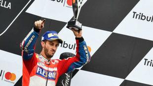 Dovizioso celebra su tercer puesto en San Marino.