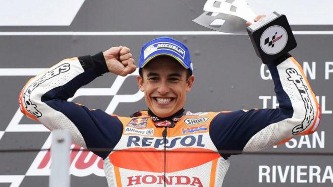 Márquez sonríe ante los abucheos en la ceremonia del podio.