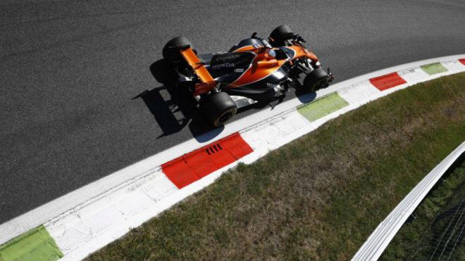 Alonso pilota su MCL32 en Monza.