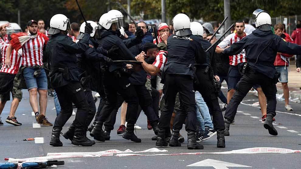 Carga policial antes del derbi asturiano del sábado en El Molinón