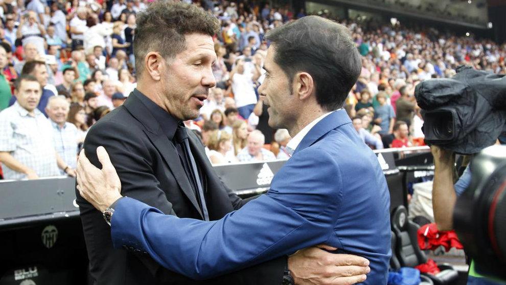 Simeone y Marcelino se saludan antes del partido Valencia-Atlético en...