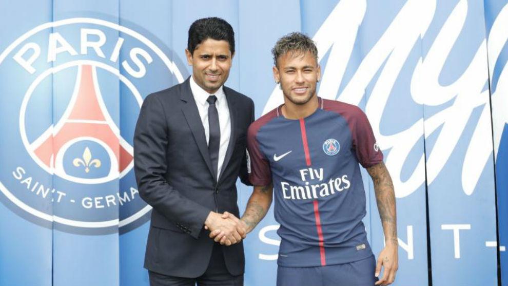 Al Khelaifi posa con Neymar en la presentación del brasileño