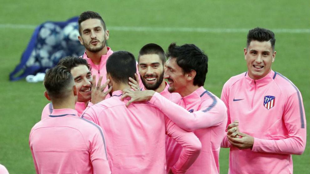 Vrsaljko bromea con sus compañeros en un momento del entrenamiento