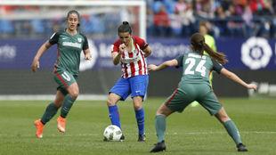 Andrea Pereira (23) saca un balón jugado en un choque disputado en el...