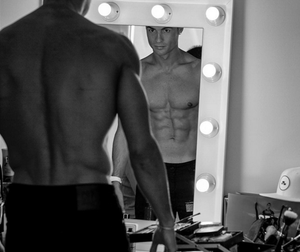 Cristiano Ronaldo posando ante el espejo
