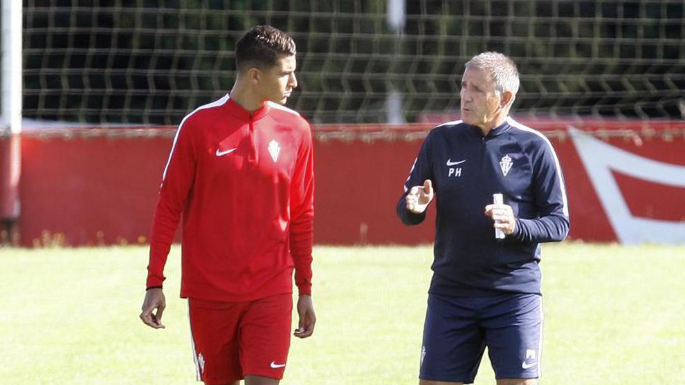 Herrera (63) conversa con Rachid (24) durante un entrenamiento del...