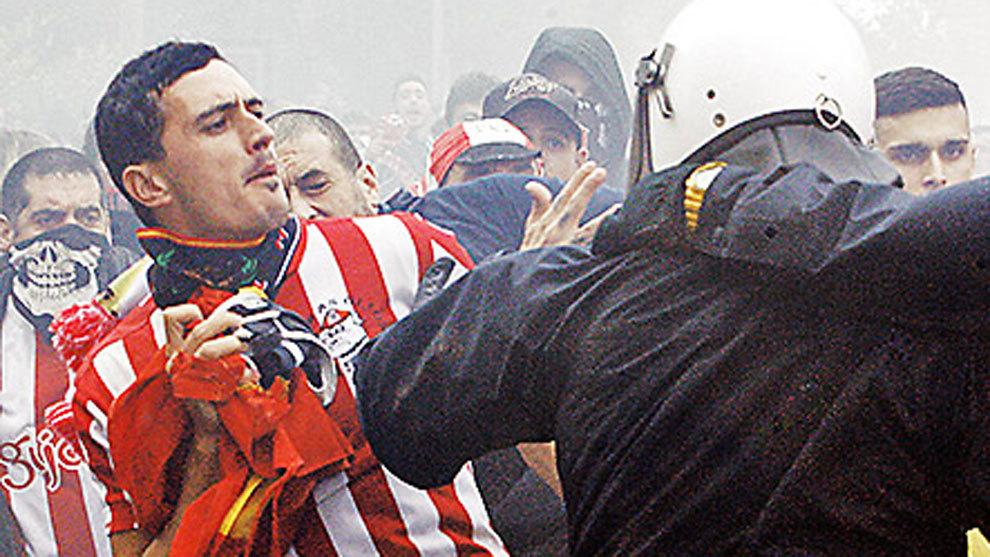 Pelea entre los ultras del Sporting y la Policía