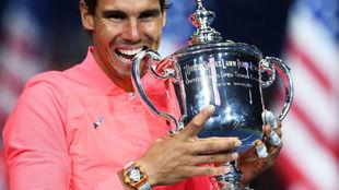 Rafa Nadal muerde la Copa del US Open.