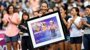 Kimiko Date recibe el homenaje de la WTA y del p�blico de Tokio.