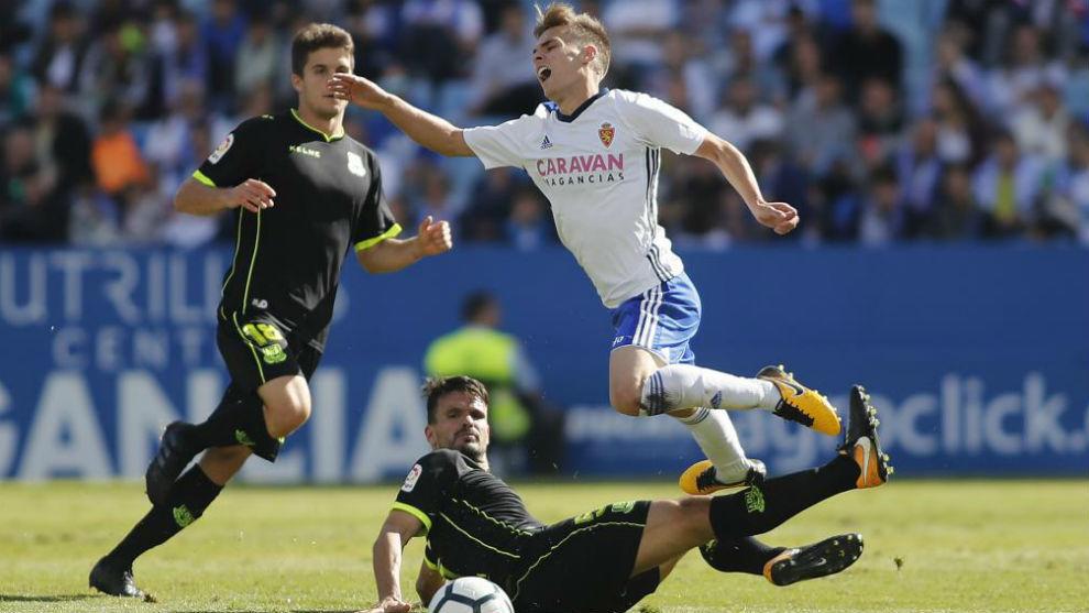 Febas es derribado en el partido contra el Alcorcón.