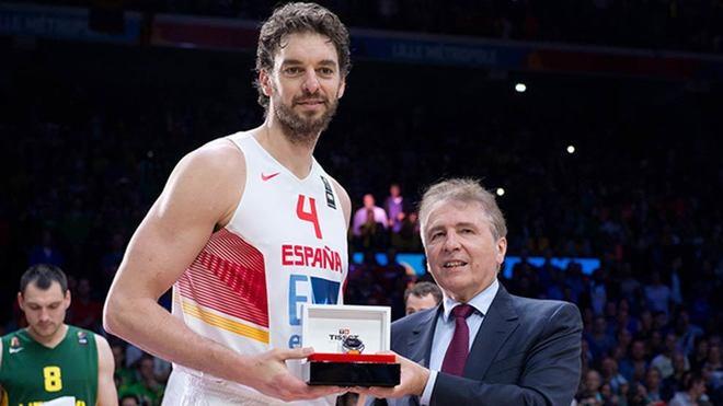 François Thiébaud, presidente de Tissot, entrega el  premio al MVP a...
