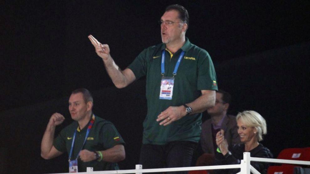 Arvydas Sabonis celebra una canasta de la selección lituana.