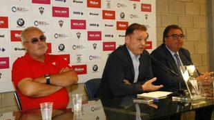 José Miguel Garrido, en el centro, durante el anuncio de la venta del...