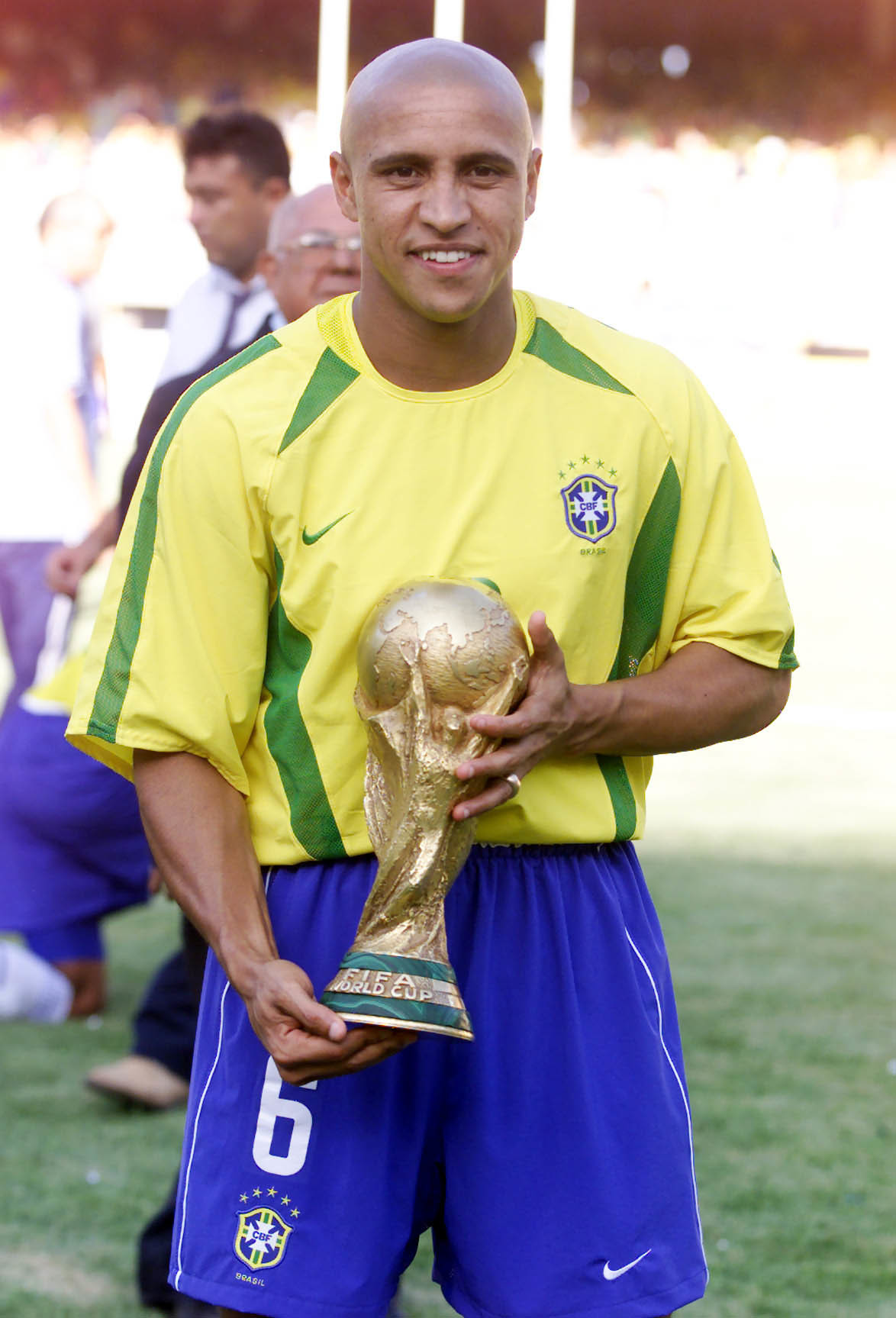 Roberto Carlos, con la Copa del Mundo de 2002 tras ganar la Champions.