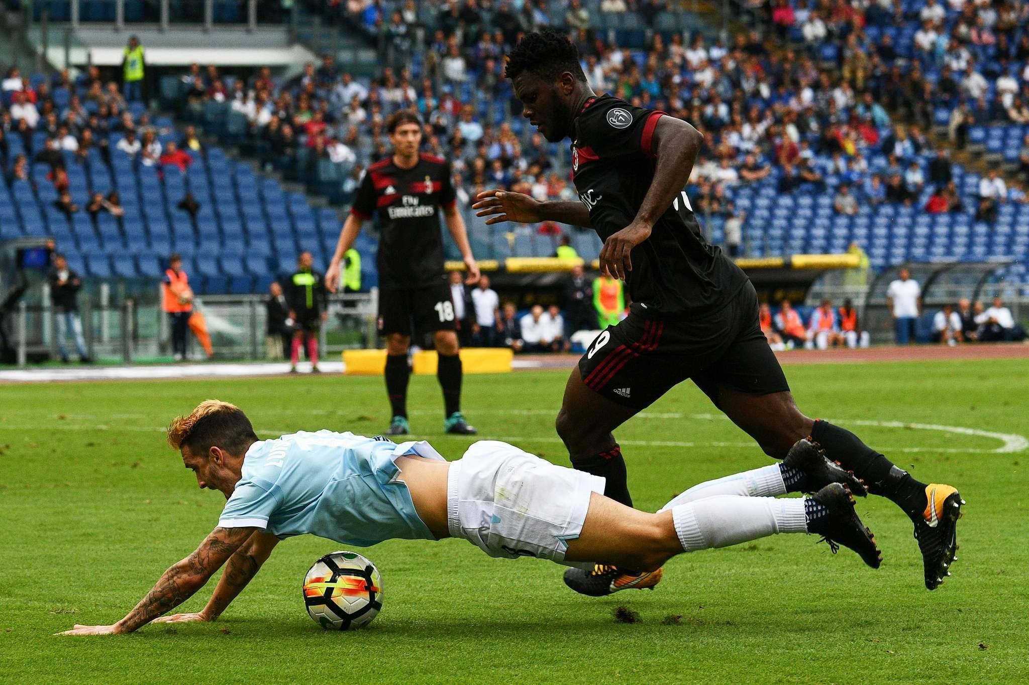 Luis Alberto (24) en el suelo durante el Lazio Milan (4-1)