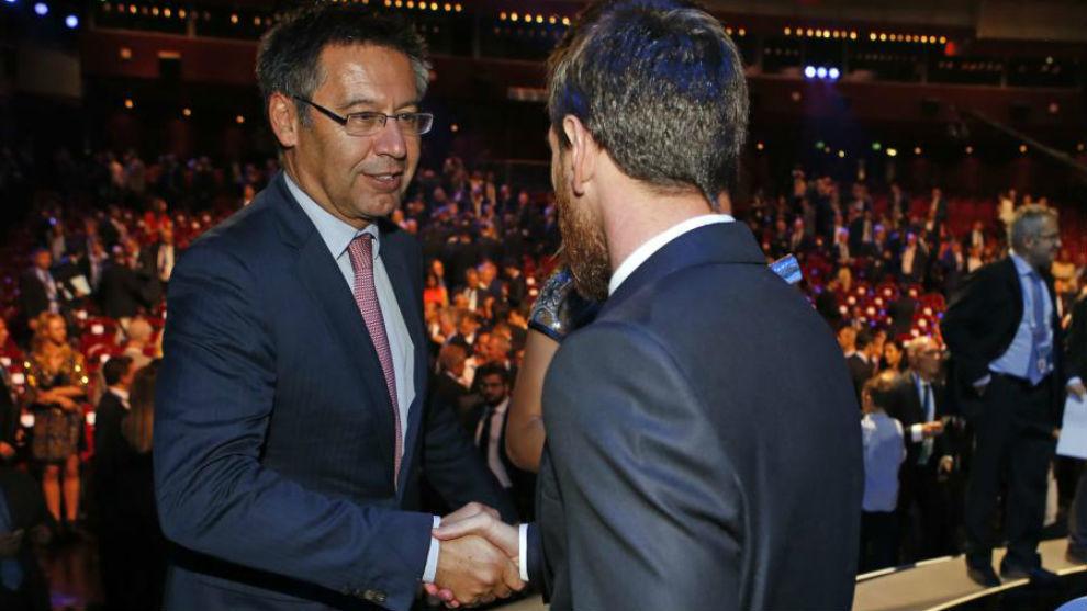 Josep Maria Bartomeu estrecha la mano a Leo Messi.