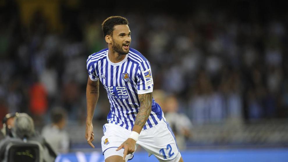 Willian José celebra un gol en Anoeta