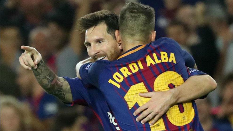 Jordi Alba abraza a Leo Messi.