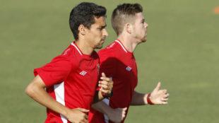 Jes�s Navas y Alberto Moreno, en un entrenamiento con el Sevilla en...
