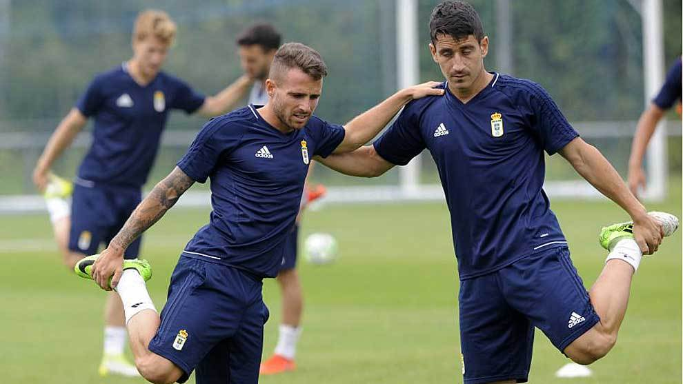 Aarón Ñíguez, junto a Saúl Berjón, en un entrenamiento del Oviedo...