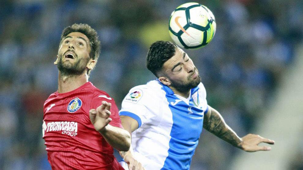 Bergara lucha por un balón con Diego Rico en el partido ante el...