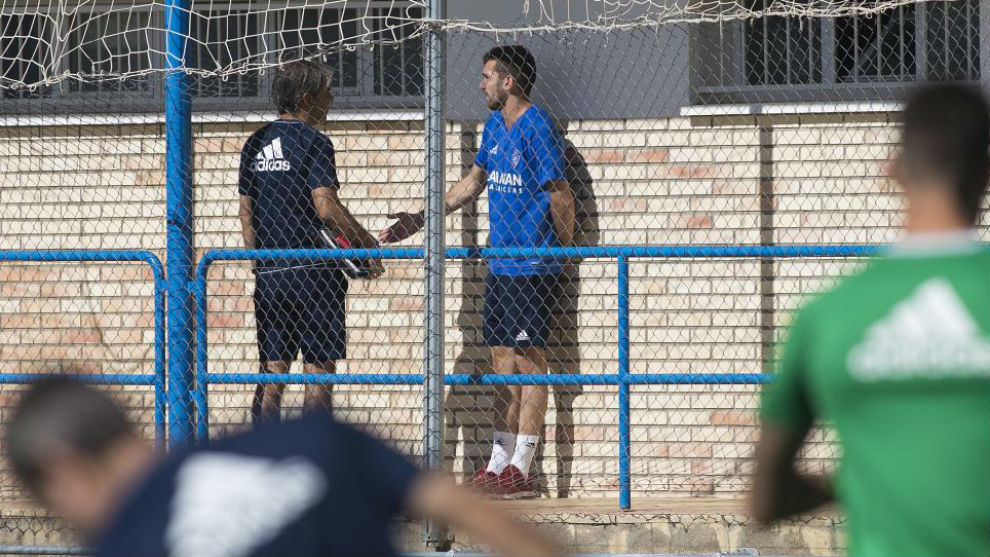 Alberto Benito habla con Natxo González en el entrenamiento de hoy.