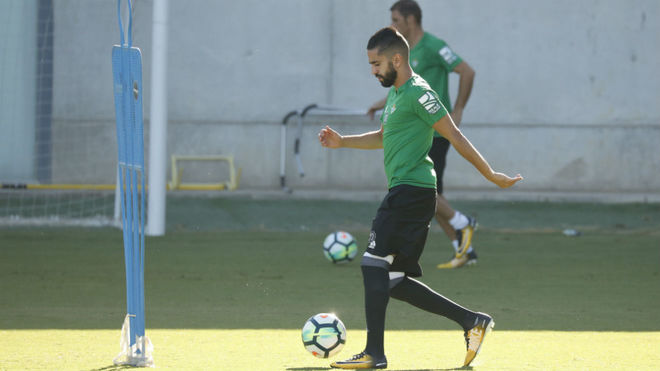 Boudebouz conduce un balón en el entrenamiento.