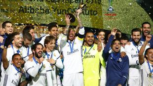 Sergio Ramos levanta el trofeo del mundial de clubes la temporada...