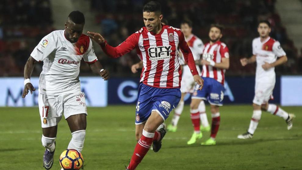 Juanpe disputa el balón en un partido contra el Mallorca la temporada...