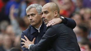 Jos� Mourinho y Pep Guardiola se saludan antes del inicio de un derbi...