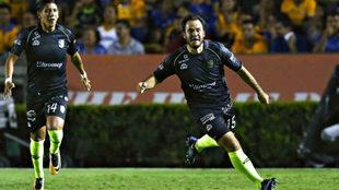 Luis Márquez celebra uno de los dos goles ante Tigres