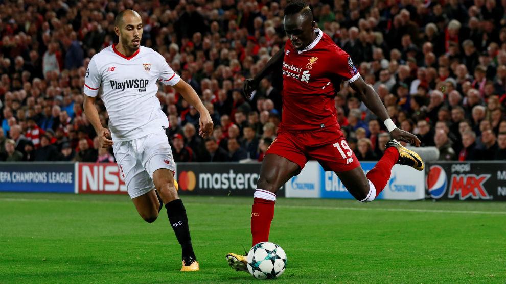 Pizarro y Mané, en la primera parte del Liverpool-Sevilla.