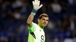 Casillas (36), saludando a su público durante el partido.