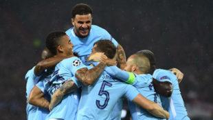Los jugadores del City celebran uno de los goles de Stones.