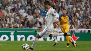 Cristiano Ronaldo ejecuta la pena m�xima frente al APOEL.