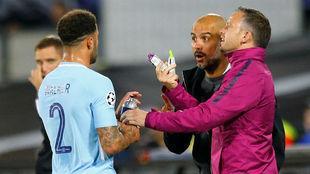 Guardiola da indicaciones a Walker durante el partido con el...