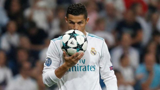 Cristiano besa el balón ante el APOEL.