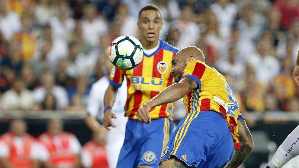 Rodrigo observa un remate de cabeza de Zaza en el partido contra el...