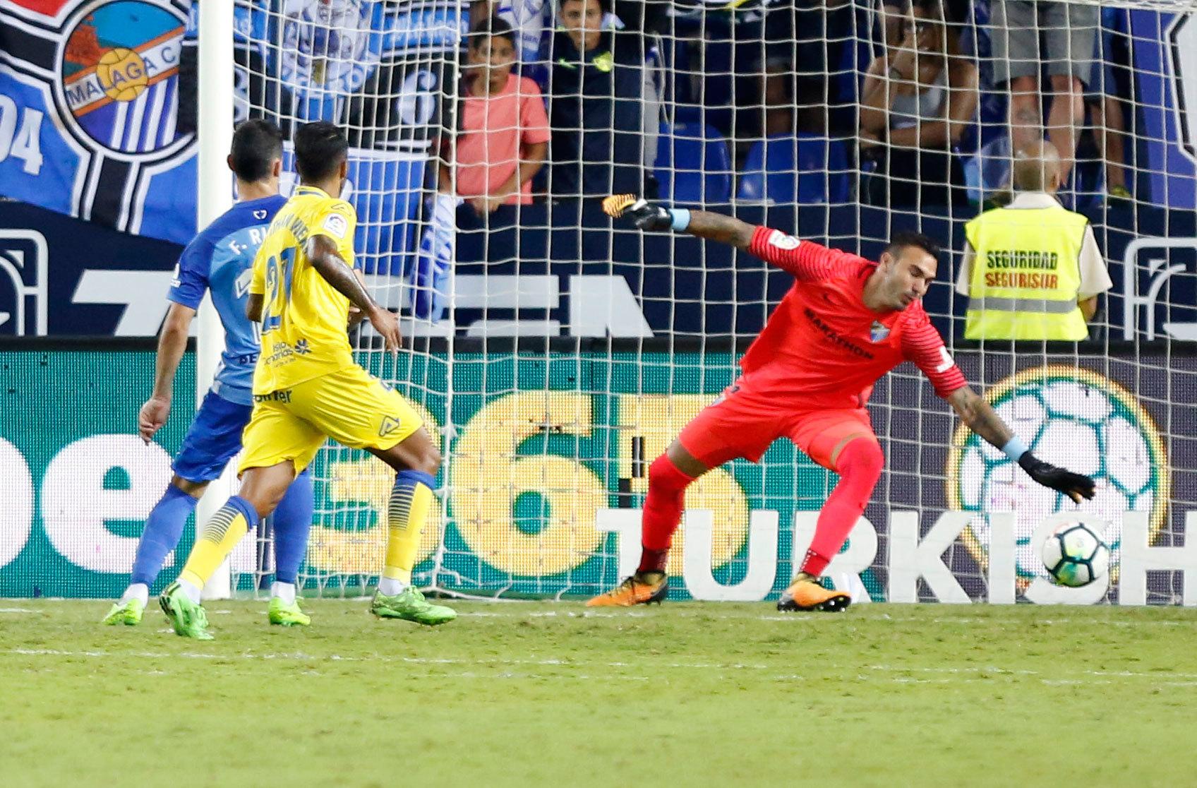 Roberto defiende la portería del Málaga ante la UD Las Palmas.
