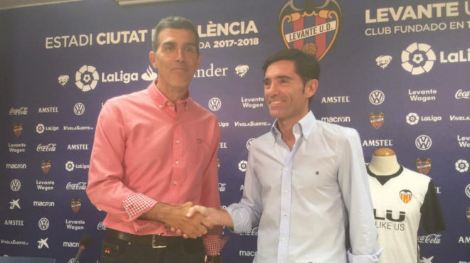 Muñiz y Marcelino se dan la mano antes de la rueda de prensa conjunta...